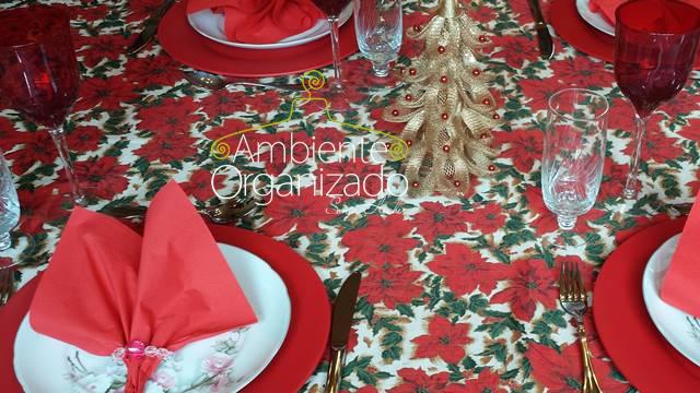 Mesa de Natal com toalha de poinsétias