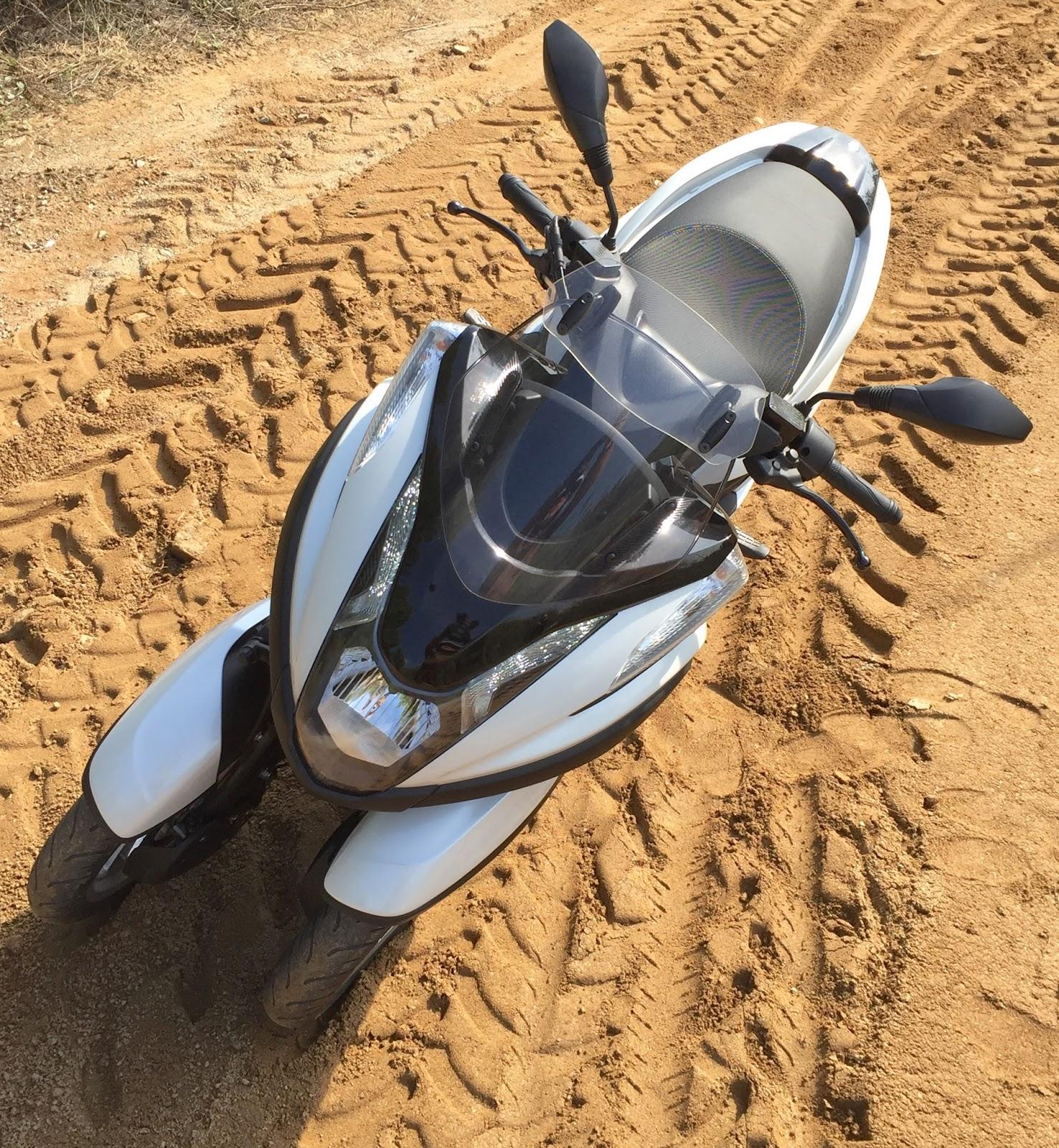 Yamaha Tricity en camino de tierra