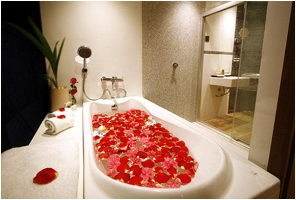 romantik banyo sürprizi