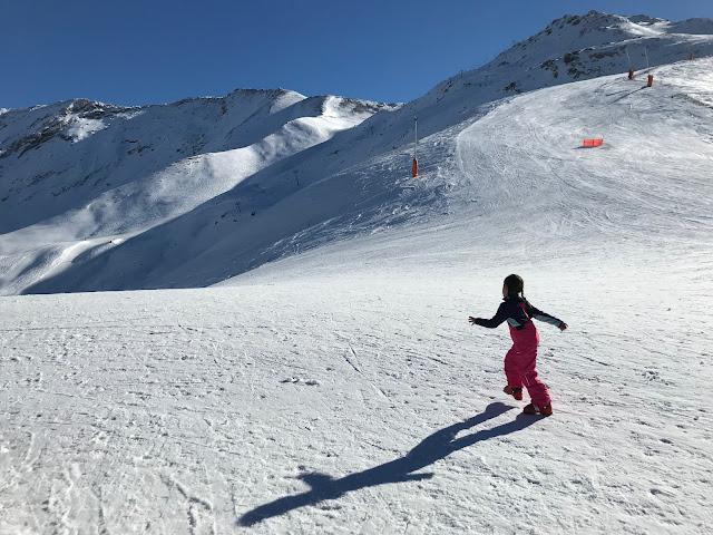 Niña corriendo en la nieve