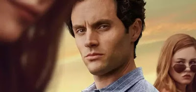 Joe (Penn Badgley) e Candance (Ambyr Childers, ao fundo)