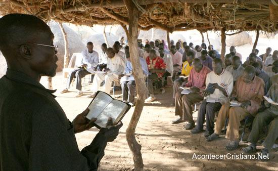 Cristianos estudian la Biblia en la montaña