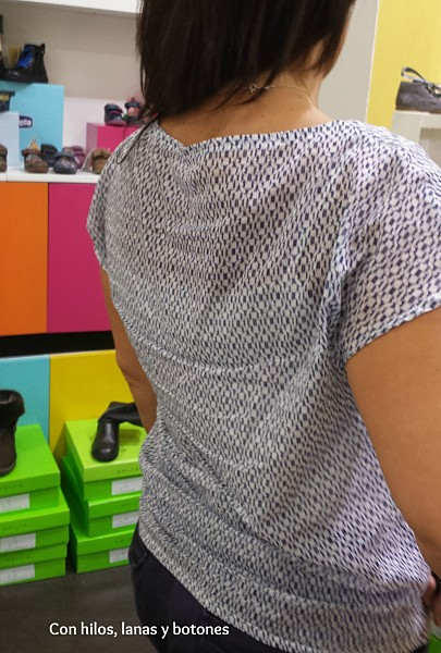 Con hilos, lanas y botones: blusa con escote asimétrico y nudo en el escote