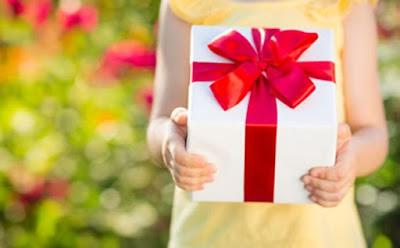 هذه هي أجمل الهدايا التي تقدّمينها لطفلكِ من دون مناسبة بنت طفلة طفل تحمل هدية علبة صندوق girl child kid daughter carry box present gift