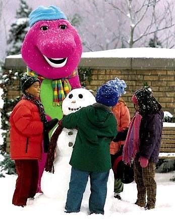 Foto de Barney y sus amigos haciendo un muñeco de nieve