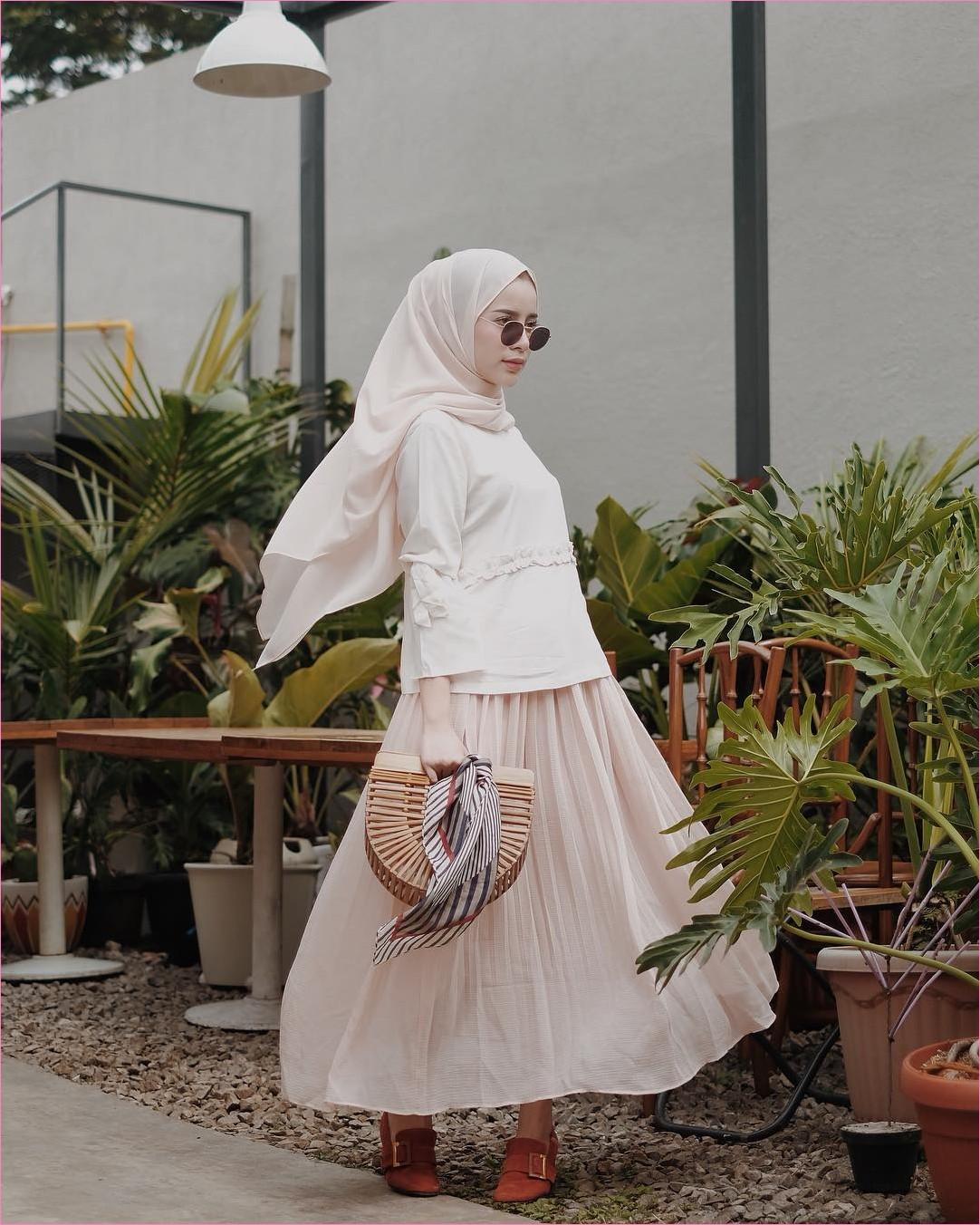 Outfit Rok Untuk Hijabers Ala Selebgram 2018 lace ups flatshoes oren tua hijab pashmina rawis top blouse kacamata bulat hitam handbags bambu rotan coklat scarf abu tua broomstick skirt krem muda ootd trendy