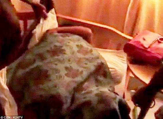 Isteri Curang Berzina 'Melekat' Dibomoh Suami