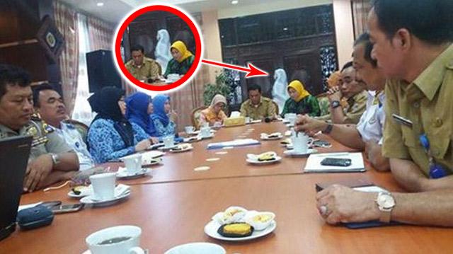 Seram..!! Tertangkap Kamera, Sosok Bayangan Putih Melintas di Belakang Gubernur Kalsel Sahbirin Noor Saat Sedang Rapat