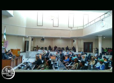 Foto 4 : REMBUG PETANI KE-1 di Gedung DPRD Subang
