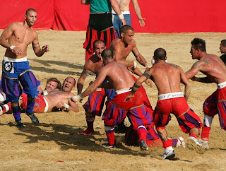 In Piazza Santa Croce si disputano tre partite di calcio, con oltre 500 figuranti in costume cinquecentesco.