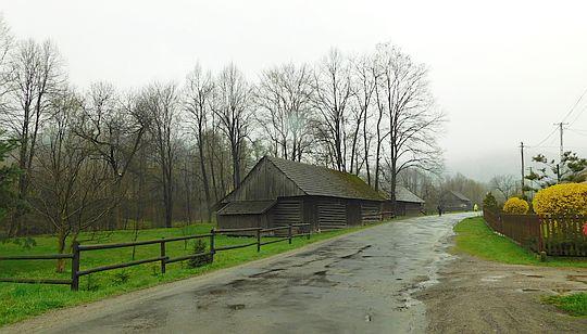 Główna szosa we wsi Ponikiew.