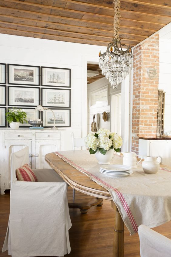 Such a charming dining room decorated in French farmhouse styel.
