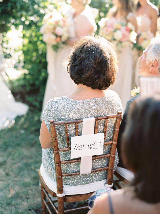 Silla reservada con cartel identificador para una ceremonia de boda, ideal para marcar los asientos de los familiares.