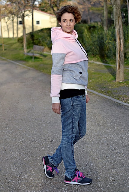 Outfit-sudadera-color-block-rosa-gris-2