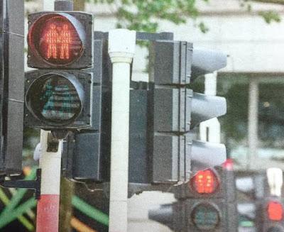 """Στις Βρυξέλλες άλλαξαν τα φανάρια (!) για να γιορτάσουν την """"ομοφυλοφιλική υπερηφάνεια"""""""
