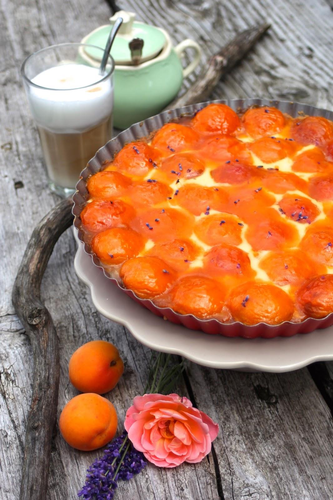 Sommerlich-köstliche-Aprikosen-Lavendeltarte-mit-Schmandguss
