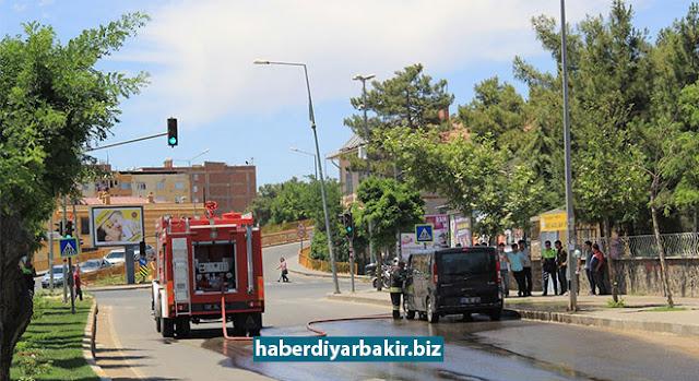 DİYARBAKIR-Diyarbakır'ın merkez Yenişehir ilçesinde seyir halindeki bir minibüs, belirlenemeyen nedenle alev aldı. Çıkan yangında minibüsün motor kısmı yandı.