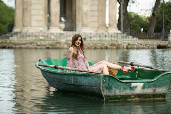 Un abito a fiori per un giro in barca