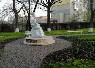 Миргород. Скульптура матері і дитини