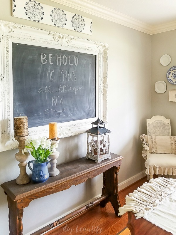 dining room with stenciled transferware sign