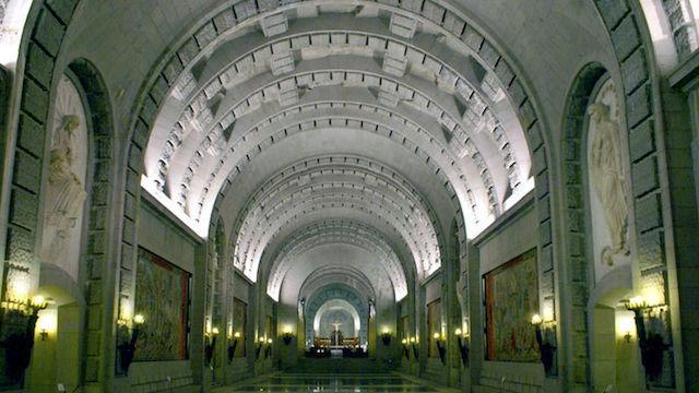 Interior da Basílica Vale dos Derrotados