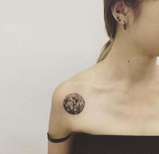 bandoulière élégant tatouages pour les femmes avec style - idées et