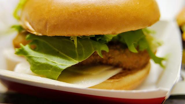 Burger cu pui si branza de capra