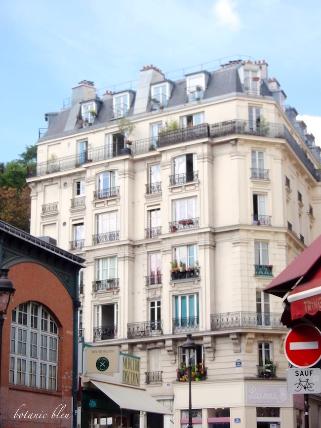 paris-apartment-building-montmarte