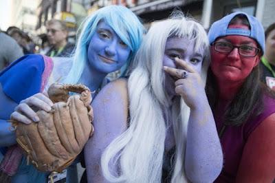 Девушки бывают разные - синие, белые, красные.
