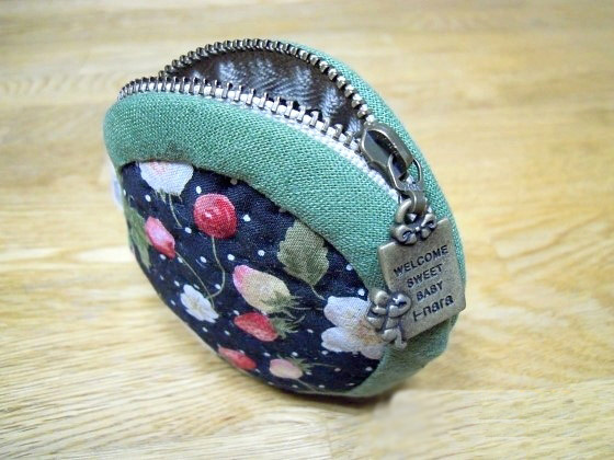This is a very basic zippered pouch. DIY Tutorial in Pictures.