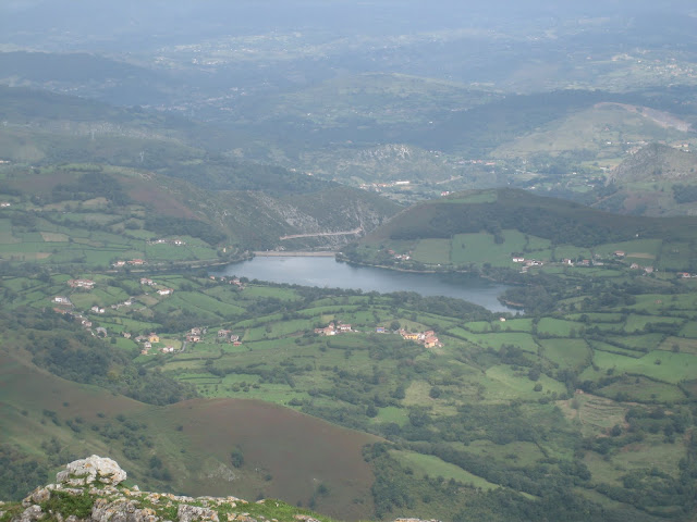 Rutas Montaña Asturias: Vista del embalse de los Afilorios desde cima del Monsacro