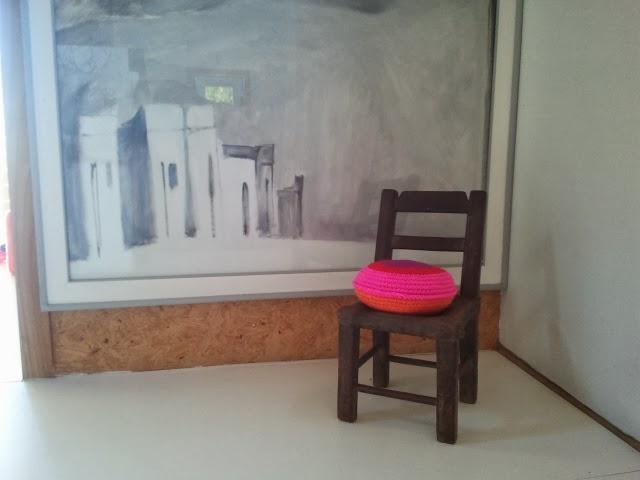 almohadon redondo tejido - Un detalle de color en un pasillo. Almohadón de crochet.