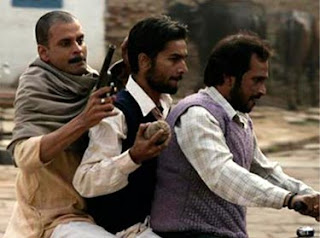 manoj bajpai in gangs of wasseypur, Sardar Khan and Gang on Two Wheeler, Directed by Anurag Kashyap