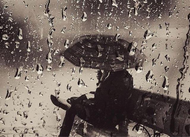 ngồi lặng lẽ dưới trời mưa tháng 7