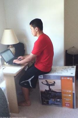 Witziger fauler Mann sitzt am Computer auf Bürostuhl lustig