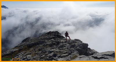 Subida al Pico Espigüete por la arista Este con fondo de mar de nubes.