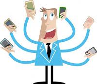 Elinde Telefon Tutan Adam Fotoğrafı