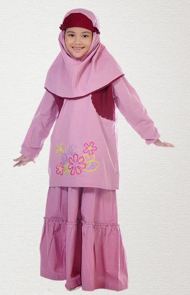 anak kecil cantik memakai busana muslim pink