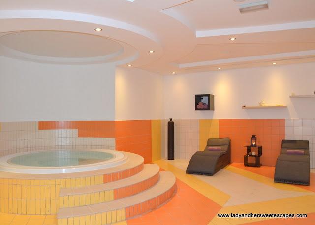 Al Raha Beach Hotel jacuzzi