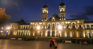 Ayuntamiento de San Sebastián de noche.