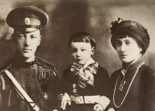 Η Άννα Αχμάτοβα με το σύζυγό της Νικολάι Γκουμιλιόφ και το γιο τους Λεβ Γκουμιλιόφ, 1913