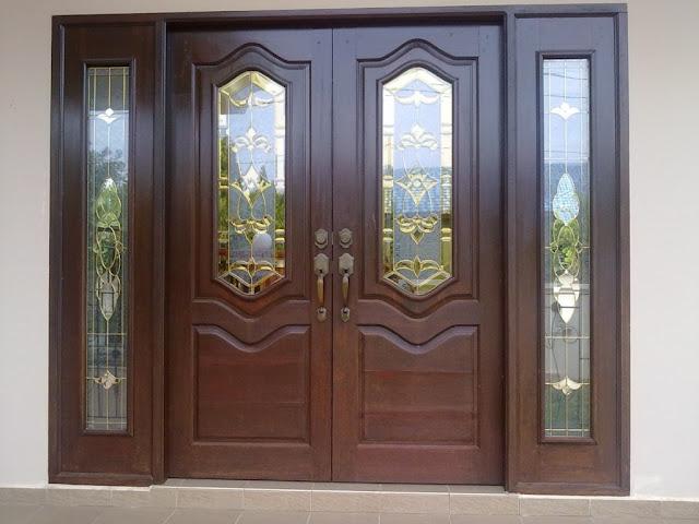 Bentuk pintu desain rumah mediterania bergaya spanyol kolonial