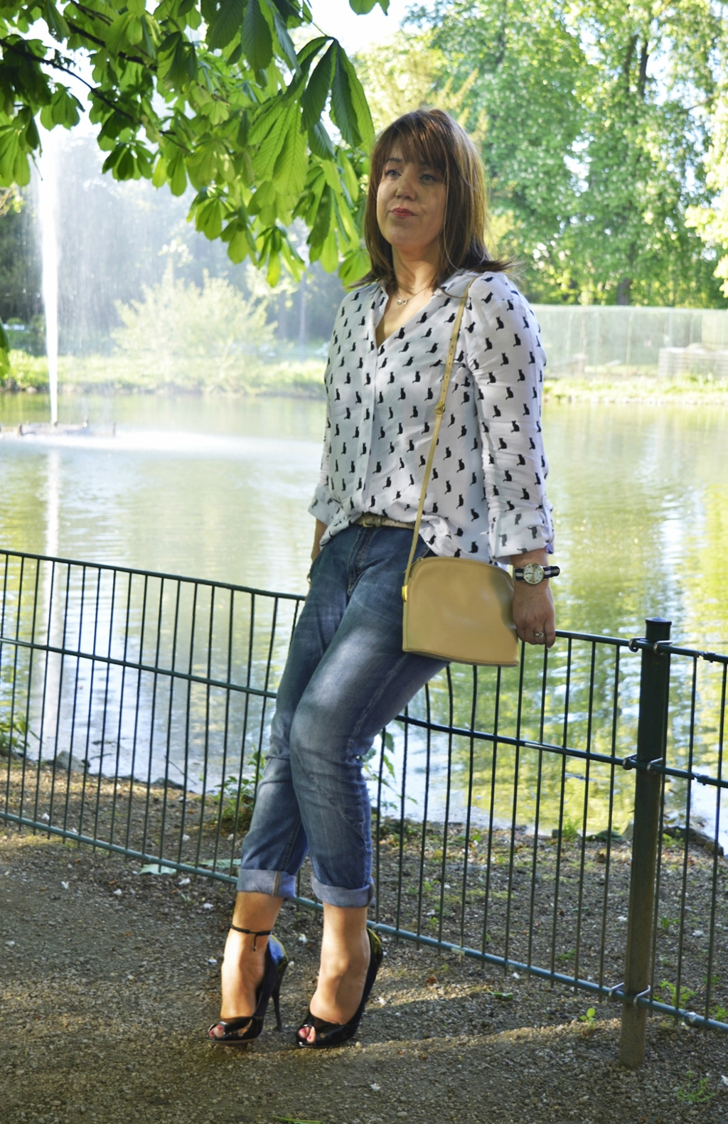 Outfit Peep Toe Heels, Relaxed Fit Jeans und Boxy-Style Bluse Top Picture