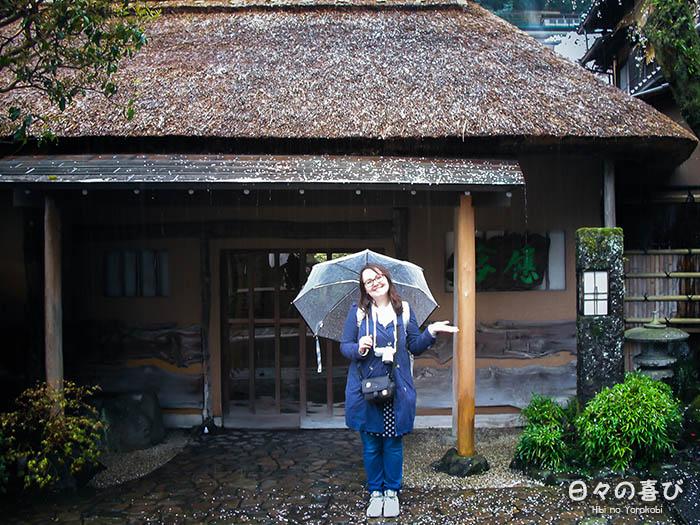 ceci sous la pluie devant ryokan
