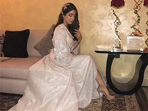 Aseel Omran Pakai Gaun Putih