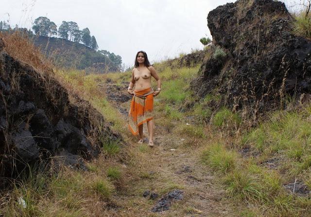 Janda Bugil di Hutan