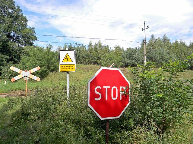 znaki drogowe, tory kolejowe, przejazd kolejowy