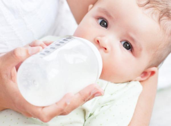 7 Tips Melatih Anak Minum Susu Botol Dengan Jayanya, Anak Tak Mahu Menyusu Dengan Botol, tips latih anak minum susu botol, anak tak nak susu botol, cara ajar anak minum susu botol