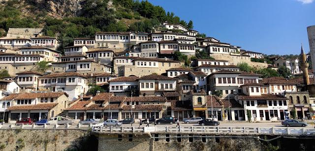 Quartier de Mangalem à Berat en Albanie, la ville aux mille fenêtres
