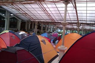 Subhanallah!! Dimasjid Ini Banyak Keluarga Rela Mendirikan Tenda Hanya untuk Iktikaf